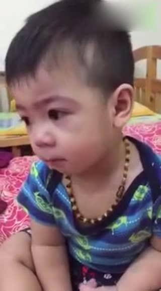 大眼睛小男孩做错事被妈妈训,想对妈妈示好也被拒绝了